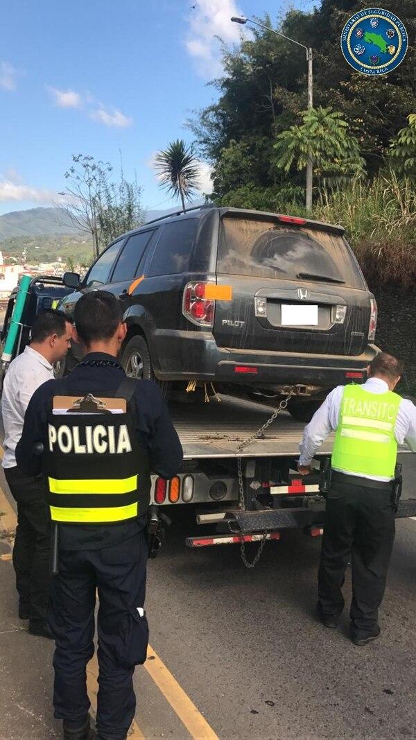 En sujeto manejaba un carro cuando lo detuvo los oficiales de la Fuerza Pública. Foto: MSP