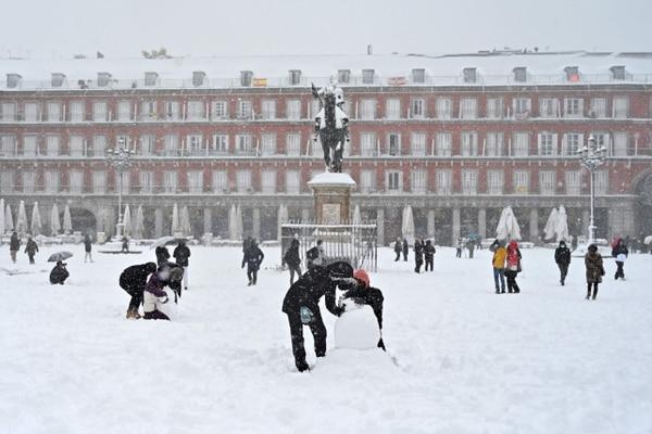 La gente aprovechó para salir a jugar con la nieve, aunque las autoridades piden no salir. (Photo by Gabriel BOUYS / AFP)