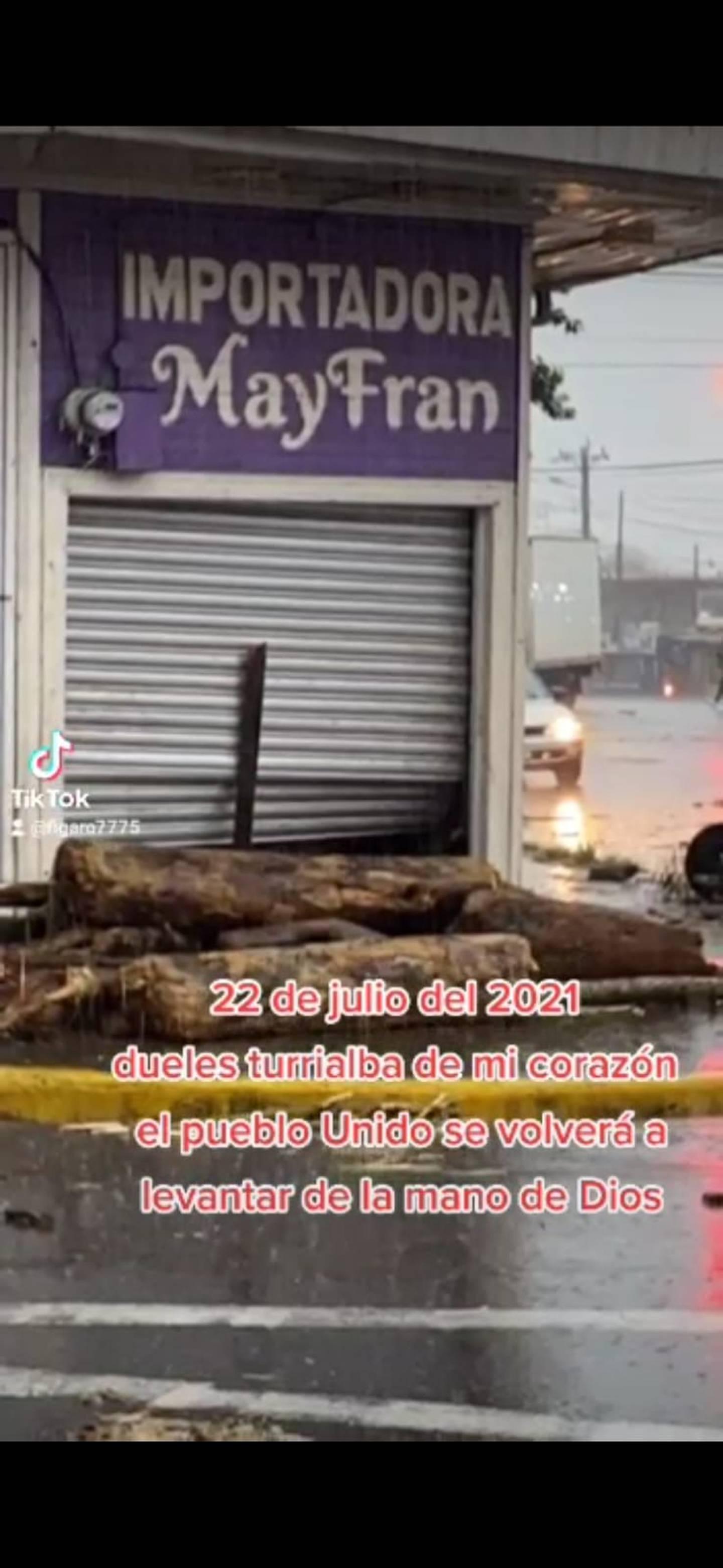 Inundación afectó tienda ubicada en el centro de Turrialba. Foto Mario León.