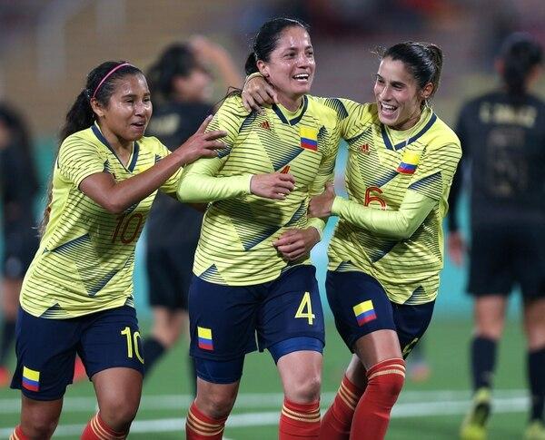 Daniela Ospina (4) celebra su gol con sus compañeras. AFP