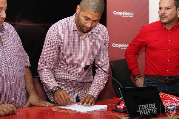 Álvaro Saborío firmó este viernes la renovación de su contrato con San Carlos para jugar Clausura y Apertura 2020. Foto prensa AD. San Carlos