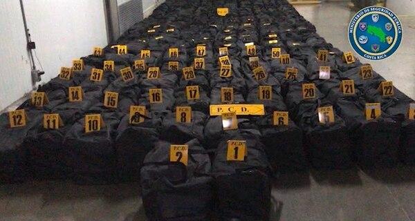 Un total de 202 maletines estaban dentro del contenedor con los paquetes de droga. Foto: Cortesía PCD