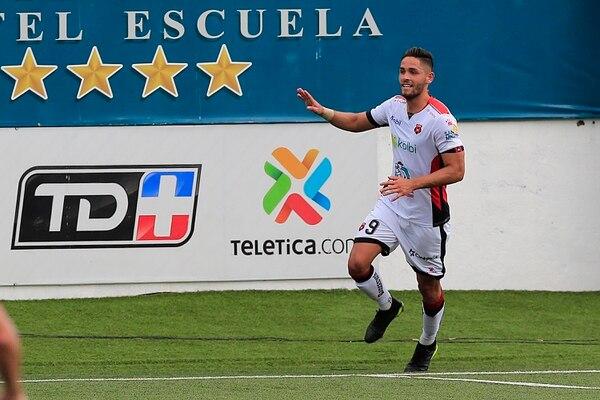 Jonathan Moya tiene una oportunidad clara de convertirse en el aliado perfecto de Jonathan McDonald ante la partida de Róger Rojas. Foto Rafael Pacheco