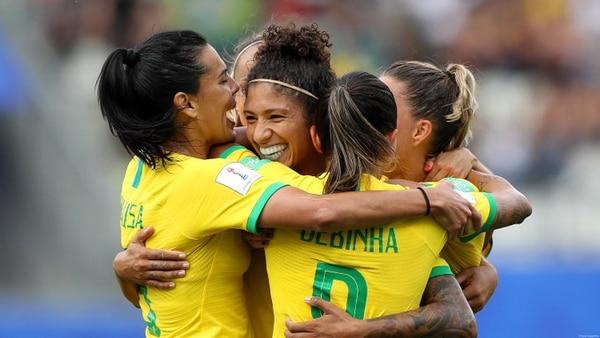 Cristiane al centro, es felicitada por sus compañeras, luego de anotar uno de sus tres goles contra Jamaica, en el Mundial Mayor Femenino. AFP