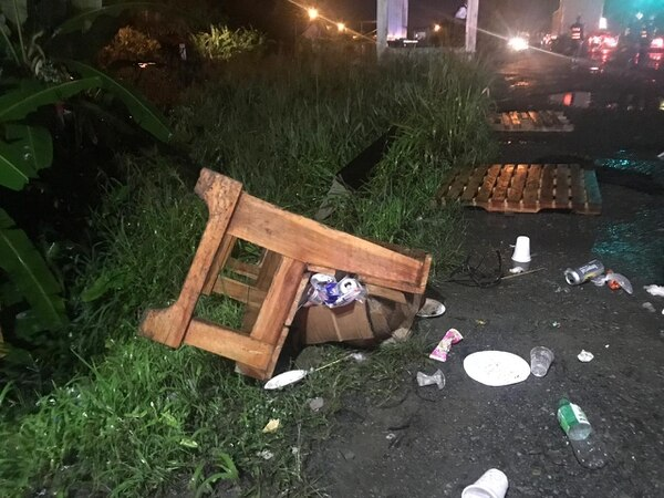 Las calles quedaron llenas de basura por las barricadas que habían puestos los manifestantes. Foto: Cortesía.