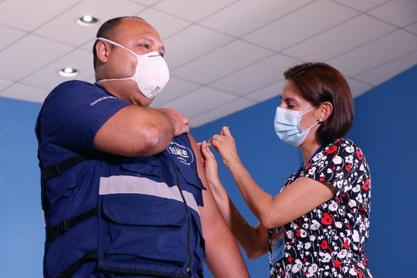 El doctor Mario Ruiz, afirmó que no sintió nada al recibir el pinchazo en el brazo izquierdo. Foto: Cortesía de la CCSS