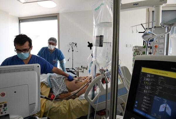 Salud le pide a la población no incumplir los protocolos sanitarios para evitar una nueva ola de contagios. Foto: AFP.