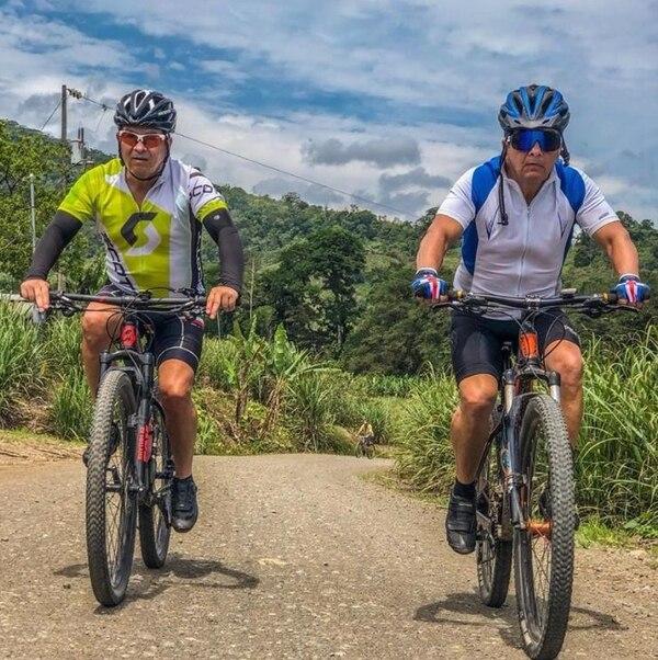 Don Carlos (derecha) practicó mucho el ciclismo durante los últimos años de su vida. Foto: Cortesía de Andrey Aguilar.