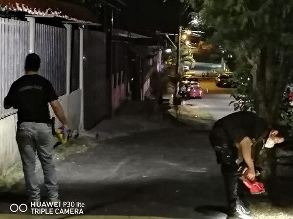 Los investigadores encontraron varios casquillos a lo largo de la calle. Foto OIJ.