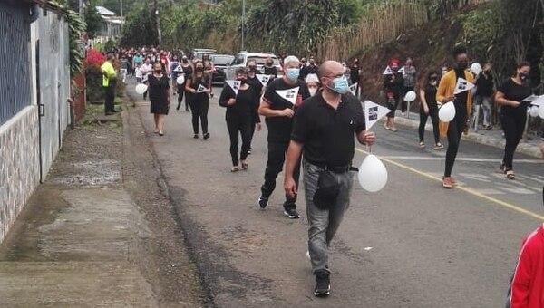 Los educadores marcharon en honor a los compañeros que ya no están. Foto: Cortesía.