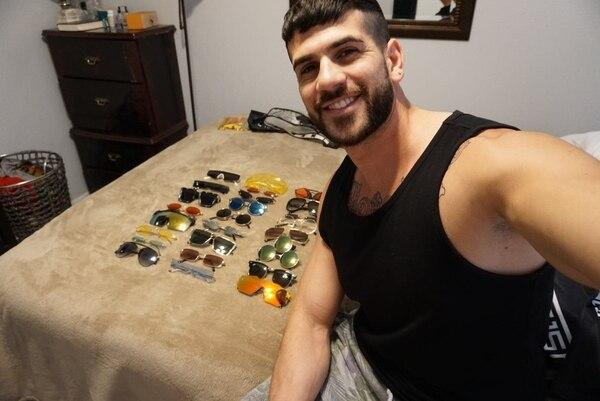 Bryan contó que tiene una gaveta grande donde guarda sus lentes, cada uno en su estuche y que los pasa limpiando para que no se rayen. Cortesía