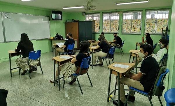 Los grupos están divididos para mantener el distanciamiento social. Foto: Rocío Sandí.