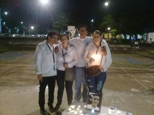 Los papás y hermanos de Luis Alonso agradecen el apoyo recibido este sábado. Foto: Cortesía de Ana Ramírez.