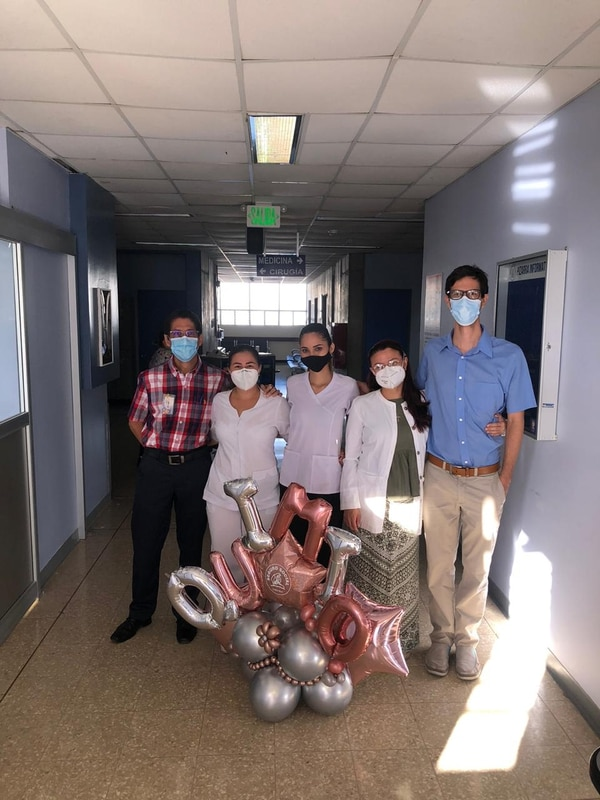El 15 de enero los médicos festejaron el importante avance. Foto: CCSS.