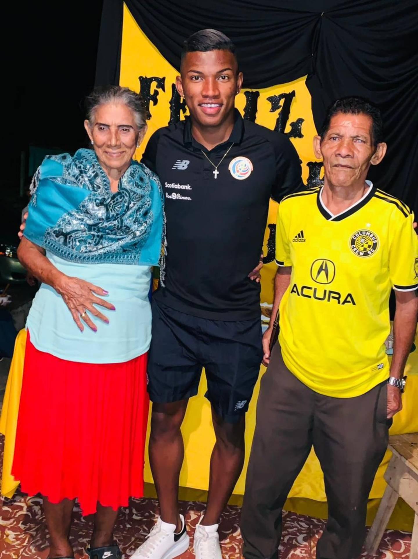 Volante Luis Díaz, jugador de la MSL y su familia, vecinos del Barrio Guadalupe de Nicoya. Cortesía.