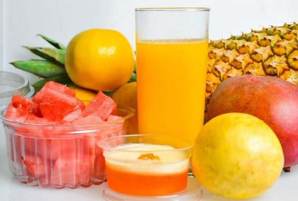 Frutas frescas, verduritas, jugos naturales ojalá sin azúcar, deben ser parte de la comida diaria de sus hijos. Olvídese de gaseosas y chucherías que vienen en sobres que valen una tejita. Archivo.
