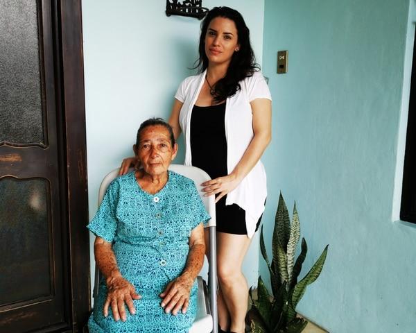 Doña Beleida ha recibido mucho apoyo, especialmente de su nieta Gina. Foto cortesía.
