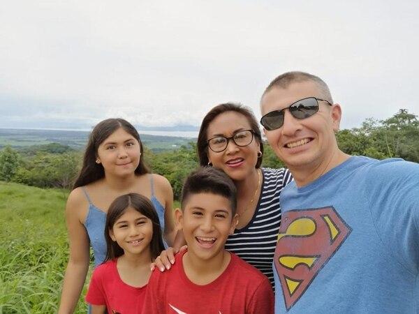 Esta es la linda familia Marín Montiel, los tres pequeños son futbolistas. Foto: Cortesía.