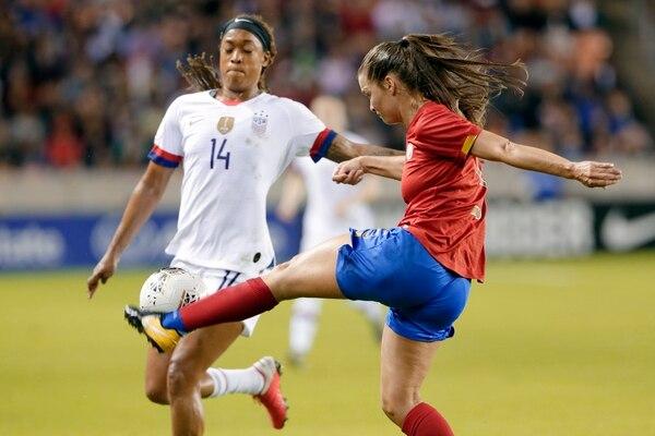 Fabiola Sanchez llegó con todo y evitó que la gringa Jessica McDonald se quedara con la pecosa. AP