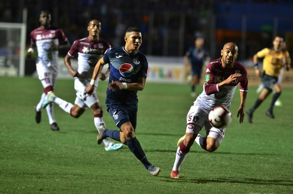 Motagua's Kevin Lopez (L) vies for the ball with Saprissa's Alexander Robinson (R) during their Concacaf League final at the National stadium, in Tegucigalpa, on November 26, 2019. (Photo by ORLANDO SIERRA / AFP)