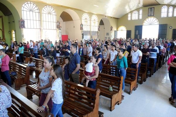 Bastante concurrida estuvo la misa de este domingo a las 11 de la mañana. Foto: Melissa Fernández