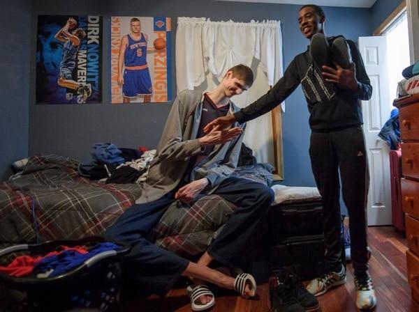 En su habitación tiene un afiche de Kristaps Porzingis, jugador de la NBA. Foto: The New York Times