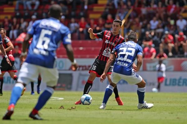 Bernald Alfaro (26) mostró algunos destellos de lo que podría aportarle a la Liga en la media cancha, sobre todo con buen toque de balón. Fotografia: John Durán