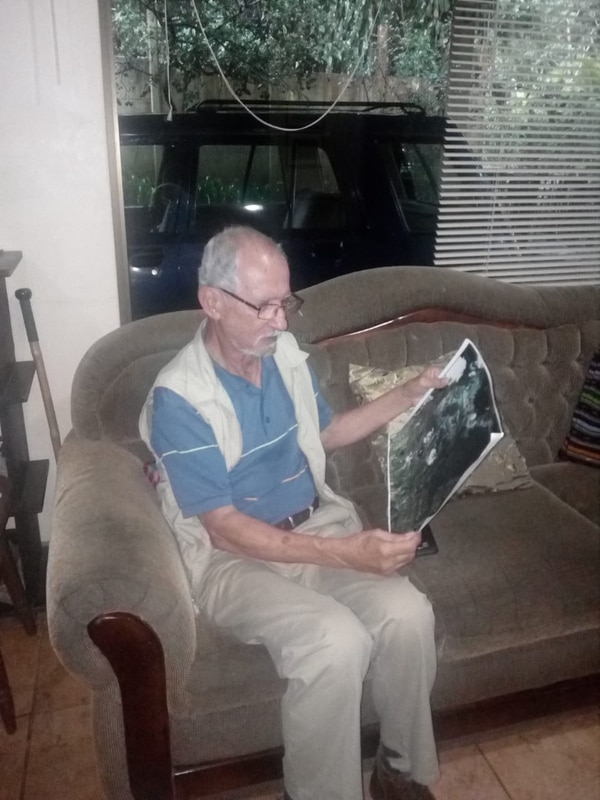 Don Sergio Loaiza muestra la foto que se hizo famosa. Foto: Franklin Arroyo