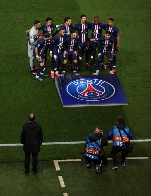 Hasta los fotógrafos tenían ingreso restringido al terreno de juego para las fotos de la mejenga. (Photo by - / GETTY/UEFA / AFP)