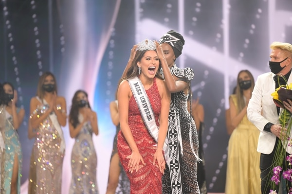 Andrea Meza, Miss Universe Mexico 2020 is crowned Miss Universe by Miss Universe 2019 Zozibini Tunzi at the conclusion of the 69th Miss Universe Competition® on May 16, 2021 at the Seminole Hard Rock Hotel & Casino in Hollywood, Florida. The new winner will move to New York City where she will live during her reign and become a spokesperson for various causes alongside The Miss Universe Organization. Foto: Cortesía Miss Universo/ BENJAMIN ASKINAS