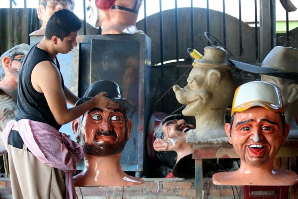 En Mascaradas Acserrí trabajan 35 jóvenes, quienes se encargan de fabricarlas y bailar con ellas en las actividades donde los invitan. Foto: John Durán