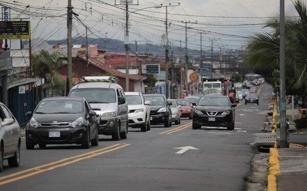Las filas de carros se vieron por ratos este sábado en Tibás. Foto Jeffrey Zamora