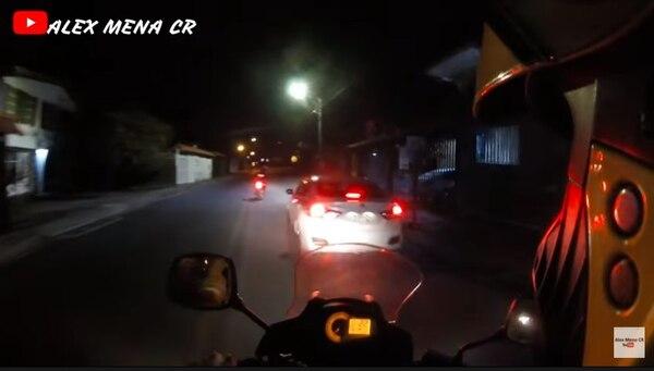 El carro en que iba la legisladora no llevaba placa y irrespeto el semáforo por eso los oficiales lo siguieron. Foto: Pantallazo de video