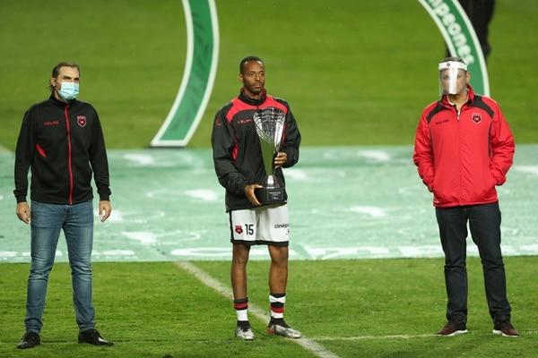 Aficionados manudos piden a gritos la salida del técnico Andrés Carevic . Fotografía José Cordero