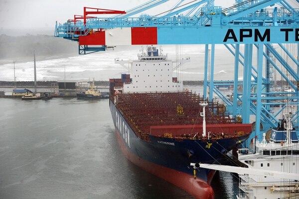 Con la llegada este jueves del buque Katherine de una firma Francesa, se da el banderaso de llegadas de buques de gran capacidad de carga, en APM Terminals en Moín. Foto de Jorge Castillo