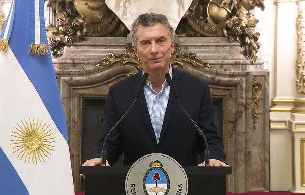 Para Diego, Mauricio Macri, presidente de Argentina, es el responsable del caos que vive el país y que se expresa en la parte futbolística. AFP