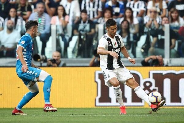 Cristiano Ronaldo sirve al área del Napoli para que su compa Mario Mandzukic anotara el primer gol turinés frente a su rival de este sábado. AFP