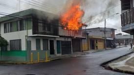 (Video) Dos niños y un adulto gravemente quemados por incendio en casa