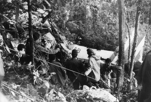 El aviocar quedó en partes tras el impacto. Foto: La Nación 1990