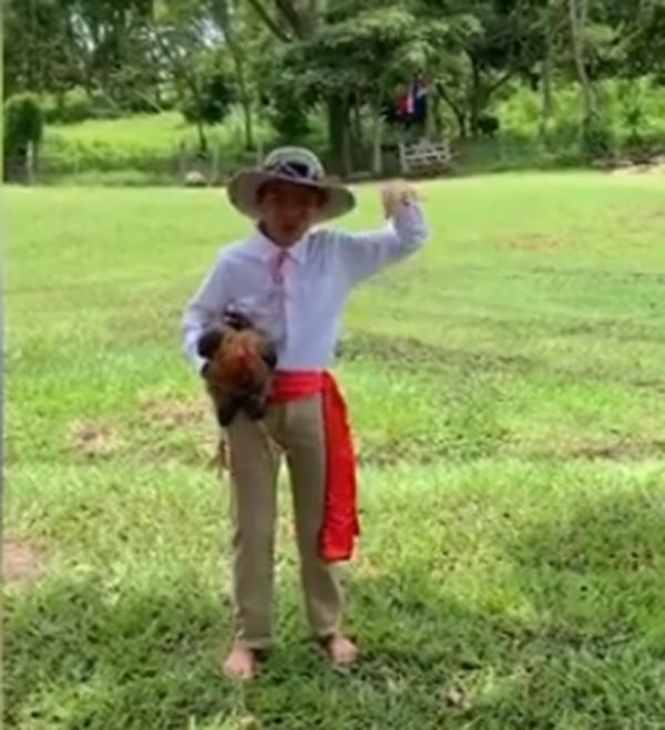 El pequeño Eugenio estaba grabando su video como parte de sus tareas de escuela. Facebook