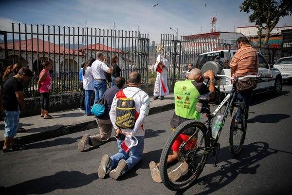 Los aserriceños al ver a Jesucristo Eucaristía se tiran de rodillas inmediatamente. Foto Mayela López.