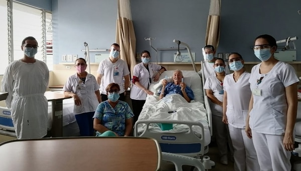 Todo el personal de cuidó bastante cuando llegó a felicitar al adulto mayor. Foto: CCSS.