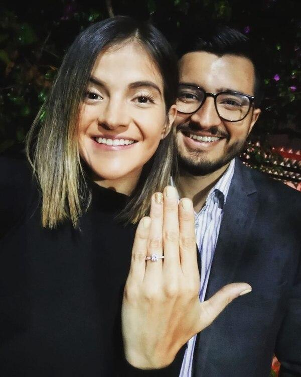 El reportero tiene 27 años de edad y su novia que es administradora de empresas, es tres años mayor que él. Foto: Facebook.