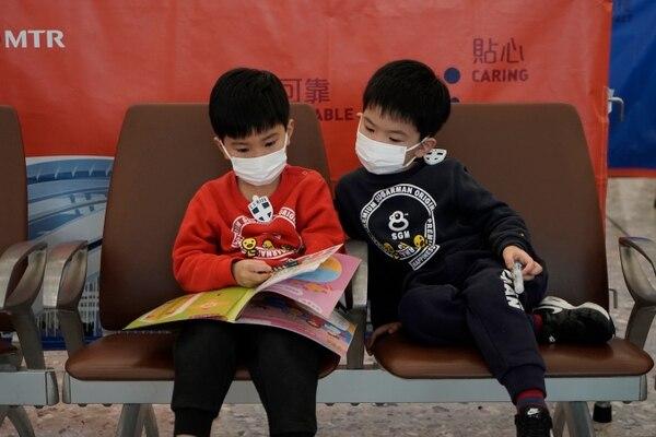 En la ciudad de Wuhan ya es obligatorio andar con tapabocas. (AP Photo/Kin Cheung)