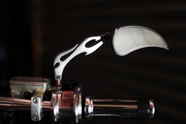 Los detalles de los espejos muestran el aspecto salvaje de la moto Foto Alonso Tenorio