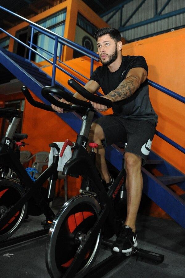 El muchacho además de ser cuidadoso con el gim consume mucha proteína para hacer músculos. Foto: Melissa Fernández