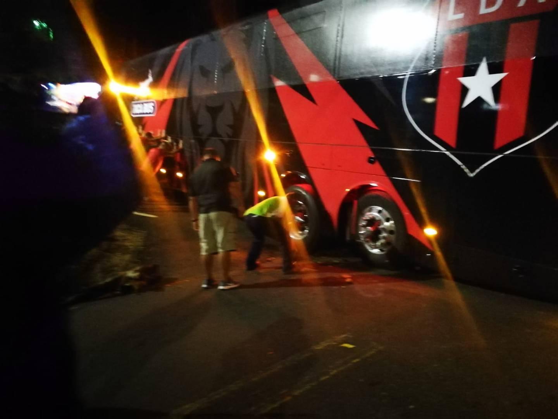 Bus de Alajuelense atascado en su primer viaje