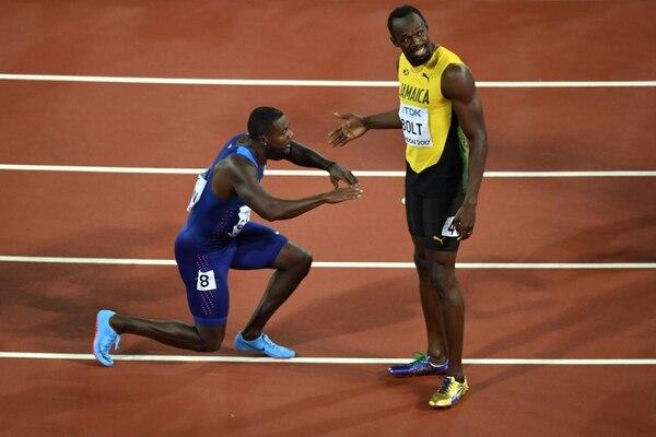 A pesar de ganar, Gatlin hizo una reverencia ante Usain, el mejor velocista de la historia. AFP.