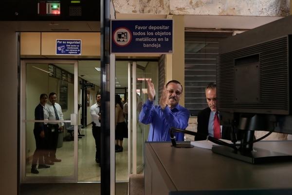 Antitos de entrar a declarar el sindicalista agradeció el apoyo con aplausos. Foto José Cordero.