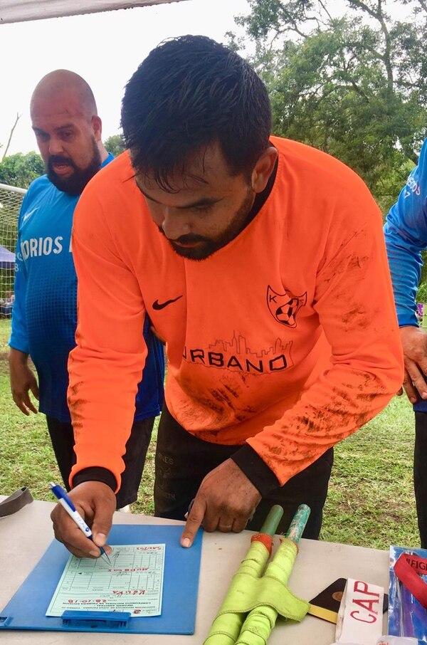Todas las fechas los líderes de sus equipos firman el acta del partido y el informe arbitral. Foto Cortesía